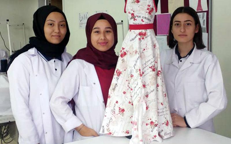 Öğrencilerden hem tulum hem elbise olarak kullanılacak tasarım