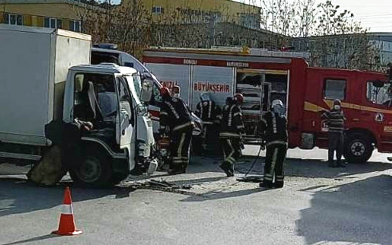 Servis aracı ile kamyonet çarpıştı: 5 yaralı
