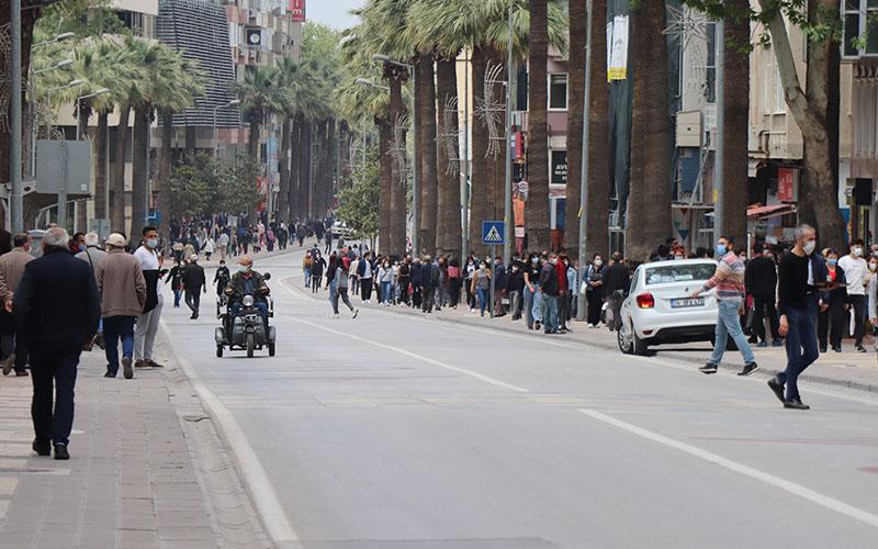 Kısıtlama bitti, caddeler insan seline döndü