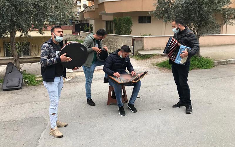 Devlet desteği yetmedi, sokak müziğiyle geçimlerini sağlamaya çalışıyorlar