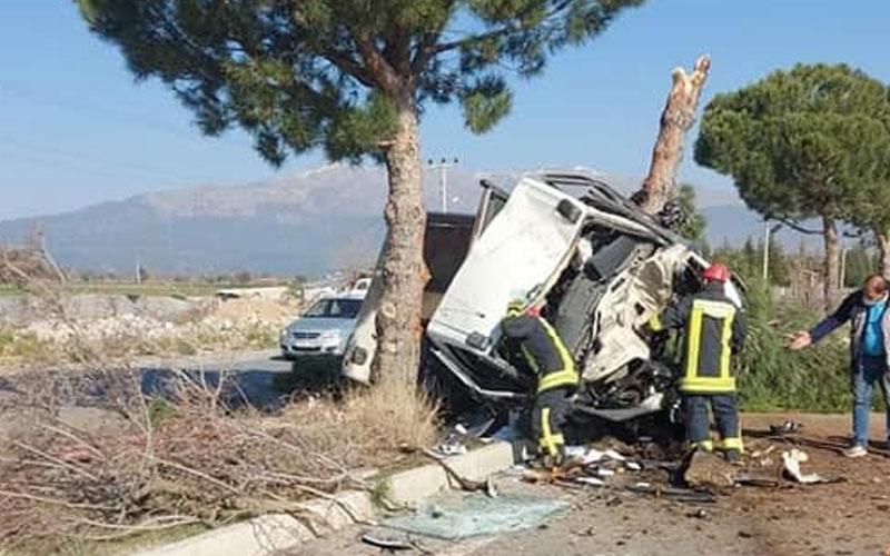 Feci kazada kamyonet hurda yığınına döndü