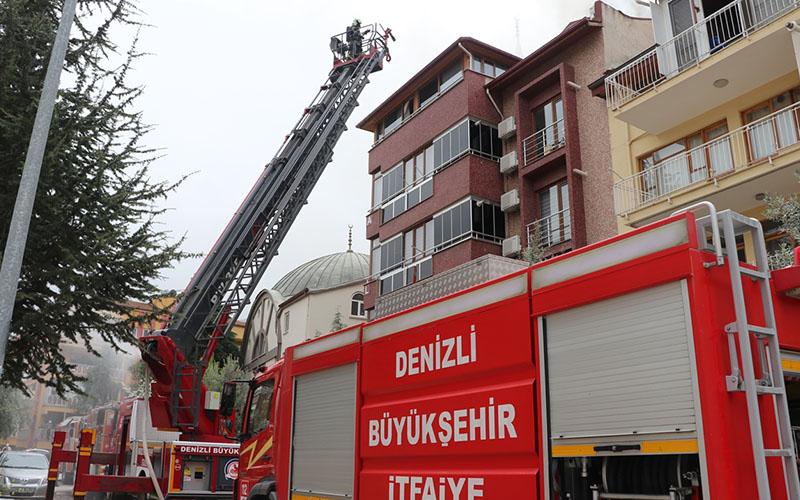 Dört katlı binanın çatısında yangın