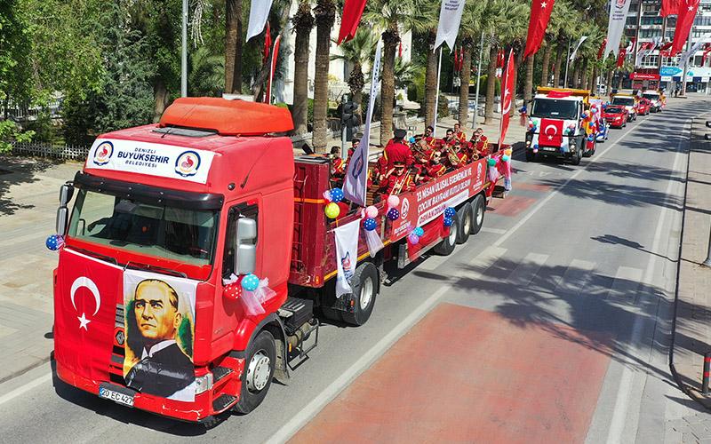 Büyükşehir Belediyesi, 23 Nisan kutlamasını sokaklara taşıdı