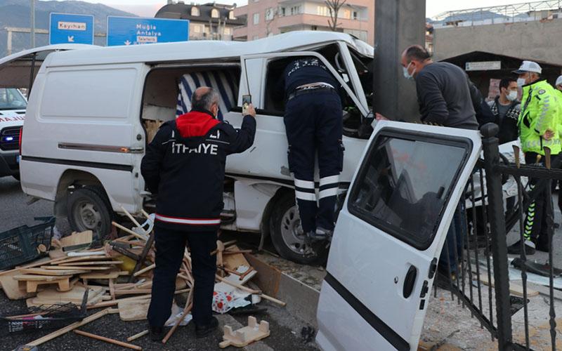 Metal yönlendirme direğine çarpan aracın sürücüsü ağır yaralandı