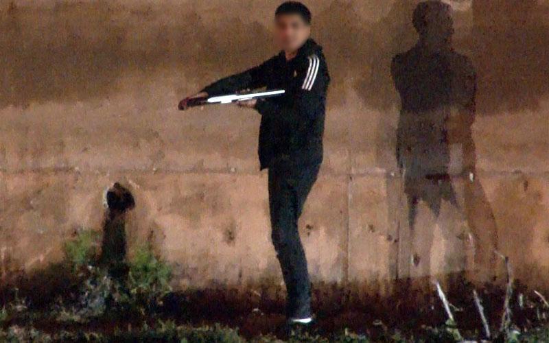 Tüfeği göğsüne dayayan bir kişi uzun süren çabaların ardından yakalandı