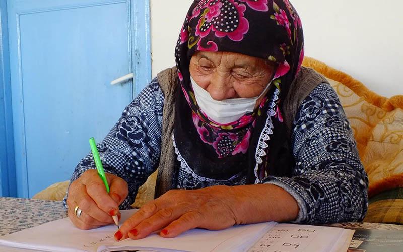 90 yaşındaki İsmi Nine okuma yazma öğrendi