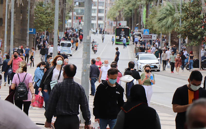 Tam kapanmaya saatler kala caddelerde kalabalık arttı
