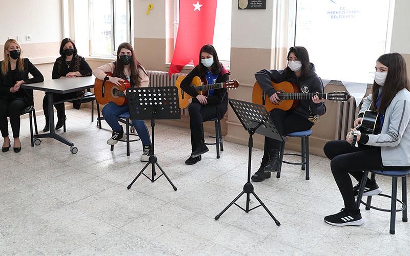Merkezefendi Belediyesi, müzik sınıfına enstrümanlar kazandırdı