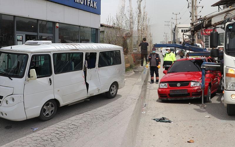 Otomobil ile minibüsün çarpıştığı kazada 7 kişi yaralandı