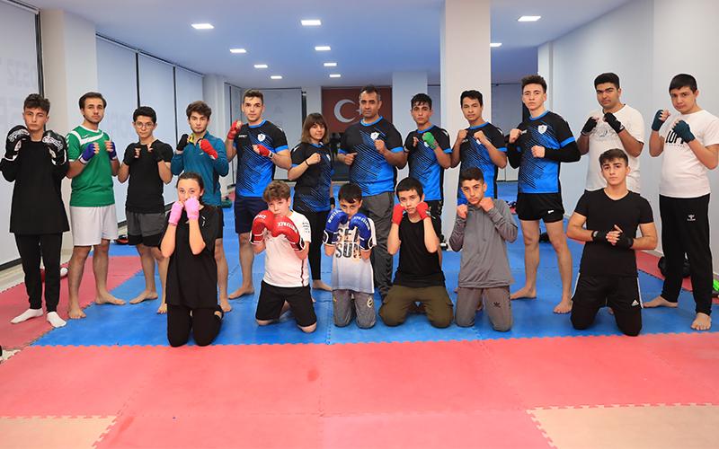 Mavi beyazlı kick bokscular turnuvaya hazır