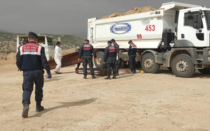 Hafriyat kamyonunun altında kalan işçi hayatını kaybetti