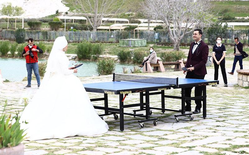 Gelin ile damadın Pamukkale'de masa tenisi maçı
