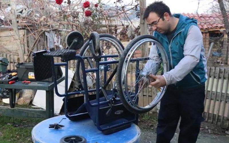 Tekerlekli sandalyeleri yenileyerek ihtiyaç sahiplerine ulaştırıyor