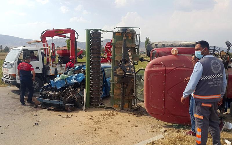 Otomobilin traktöre çarptığı kazada 5 kişi yaralandı