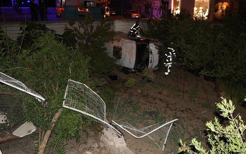 Kamyonet meyve bahçesine yuvarlandı: 2 yaralı