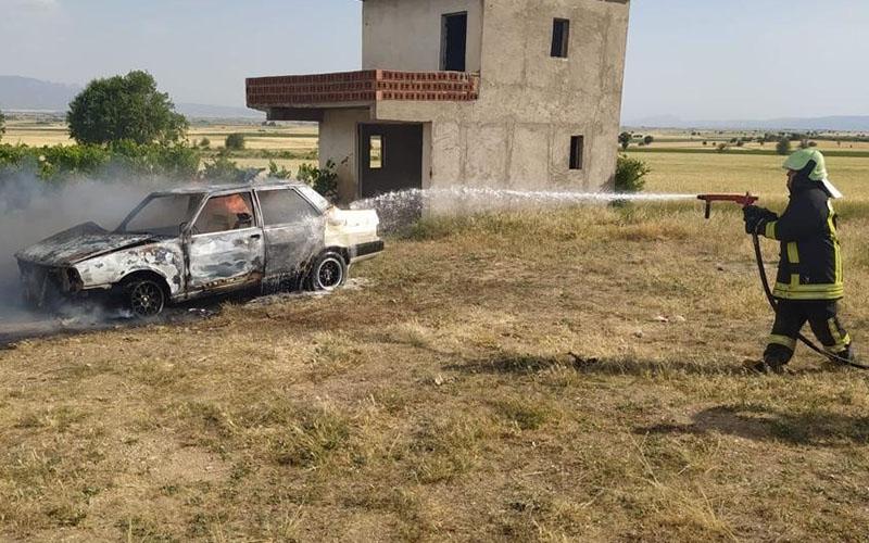 İtfaiye personelinin otomobili yandı, yardımına arkadaşları koştu