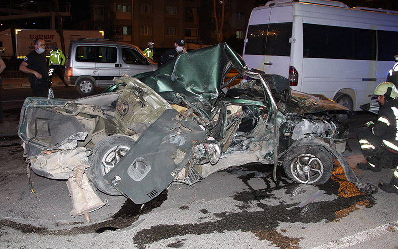 Otomobil metal yığınına döndü, 1'i ağır 2 yaralı var