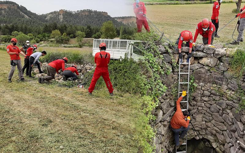 Su kuyusuna düşen iki çakalı AKUT ekipleri kurtardı