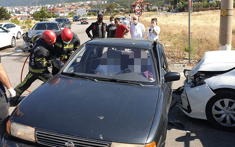 Kazada araç içinde sıkışan yaralılar böyle kurtarıldı