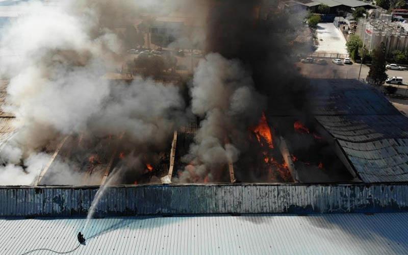 Alevlerin yuttuğu tekstil fabrikası enkaz haline geldi