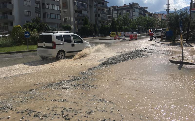 10 dakikalık sağanak yağış sonrası Denizli'de caddelerin durumu