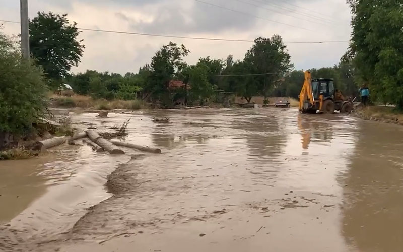 Sağanak yağışta dereler taştı, evleri su bastı