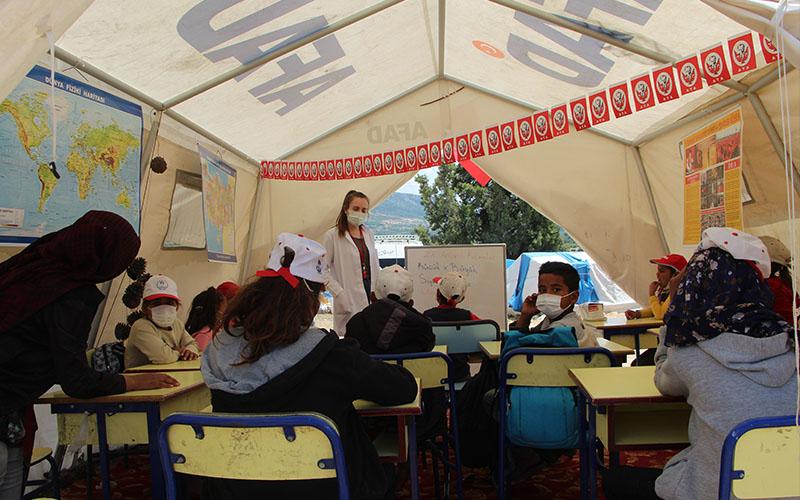 Şanlıurfa'dan Denizli'ye gelen mevsimlik işçilerin çocuklarına çadırda eğitim