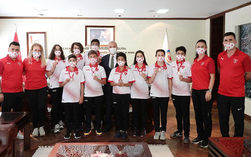 Denizli Büyükşehir Belediyespor Yüzme Takımı 9 madalya kazandı