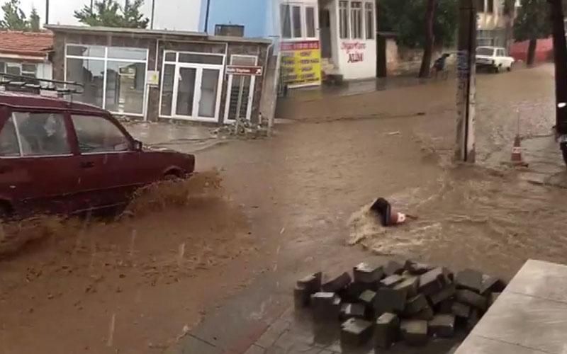 Yağmurun ardından sel ve su baskınları yaşandı