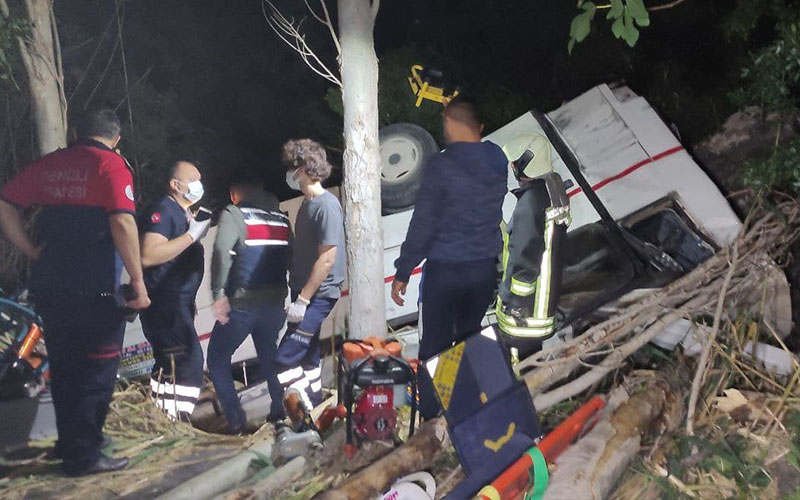 Midibüs park halindeki otomobile çarptı: 3 ölü, 5 yaralı