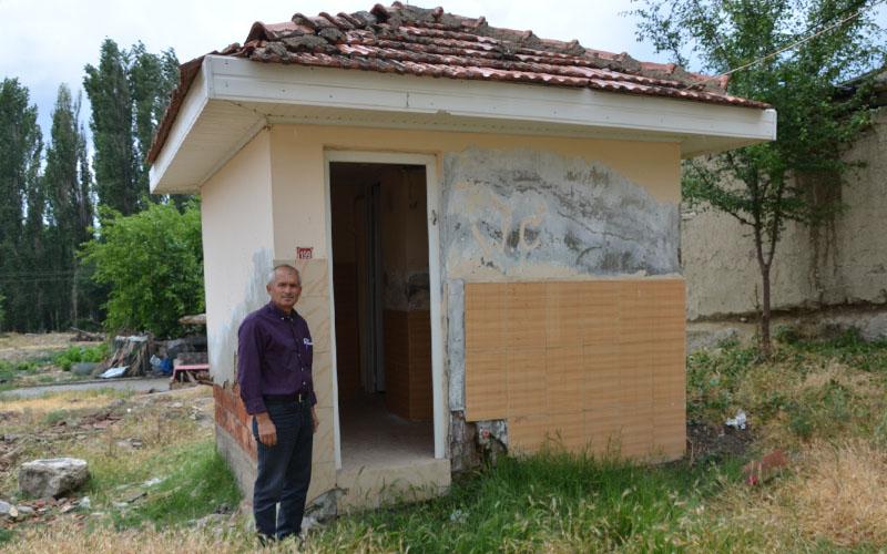 Devlet, mahallenin tuvaletini sattı