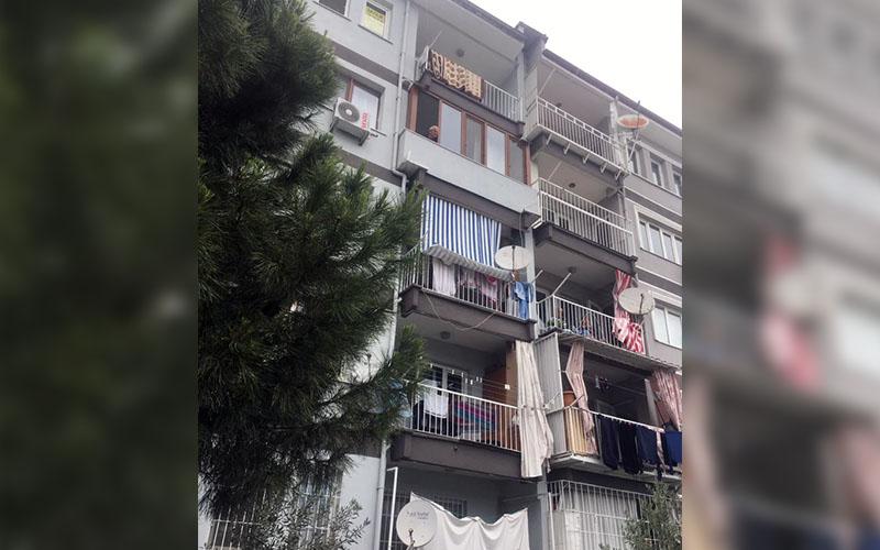Oturduğu binanın 5. katından düştü