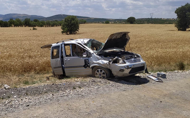 Devrilen hafif ticari araçtaki 5 kişi yaralandı