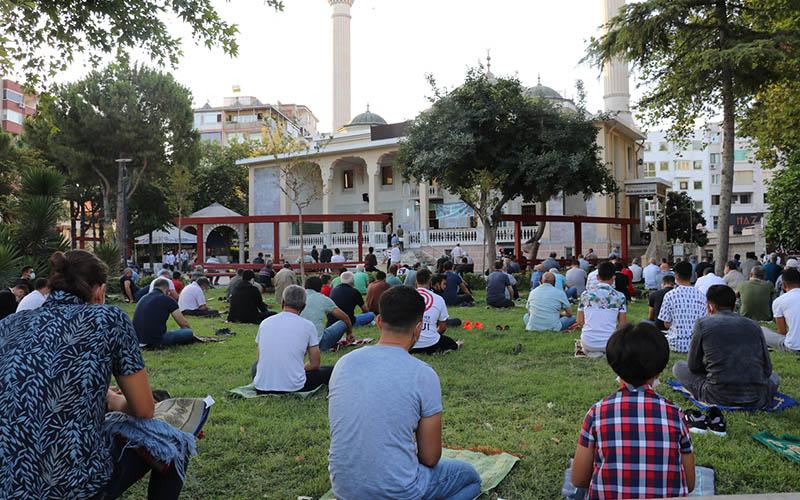 Vatandaşlar, Kurban Bayramı namazında camileri doldurdu