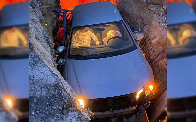 Sürücü otomobiliyle kanalizasyon çukuruna düştü