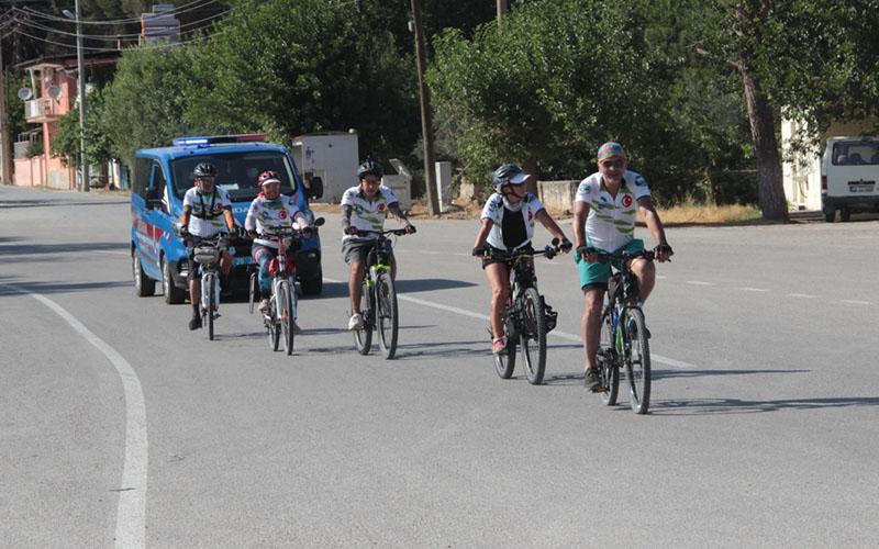 Büyük Menderes'teki kirliliğe pedal çevirerek dikkat çektiler