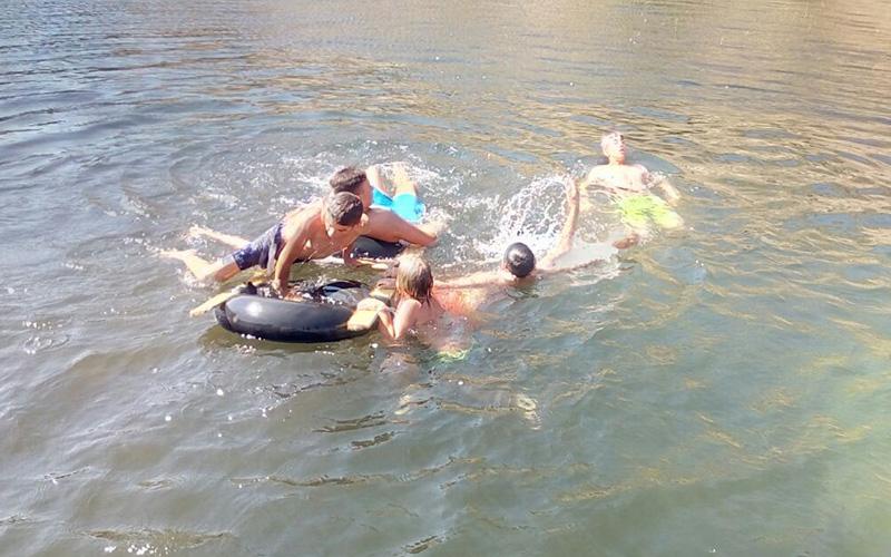 Sıcaklık 40 dereceyi geçti, çocuklar serinlemek için göle koştu