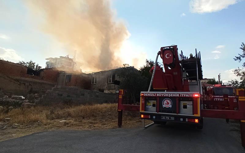 Çıkan yangın evi kullanılamaz hale getirdi