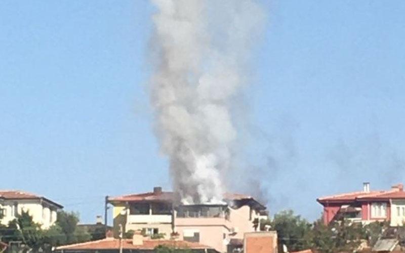 3 katlı binanın çatı katında yangın