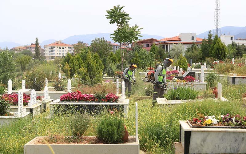 Büyükşehir'den bayram öncesi mezarlıklarda temizlik