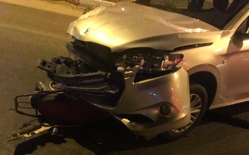 Motosiklet otomobilin altında kaldı, 2 yaralı var
