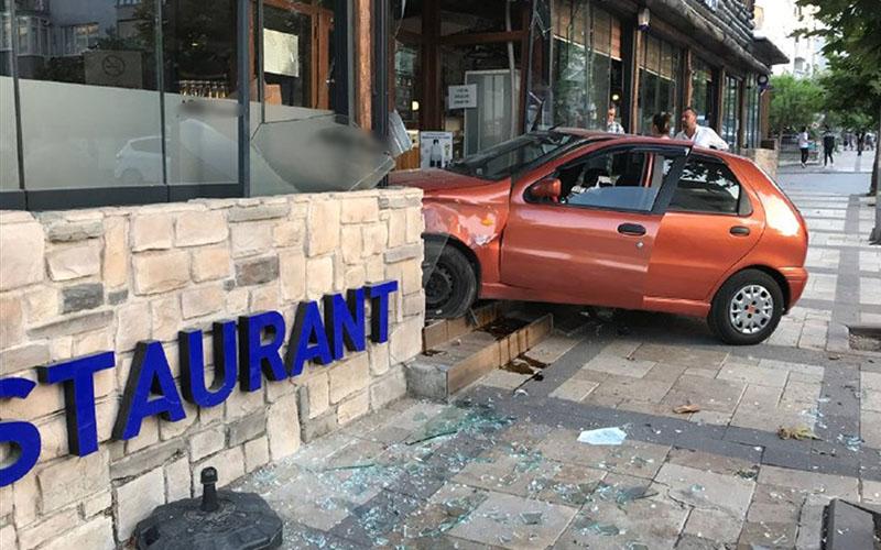 Otomobil restorana daldı, o anlar korku yarattı