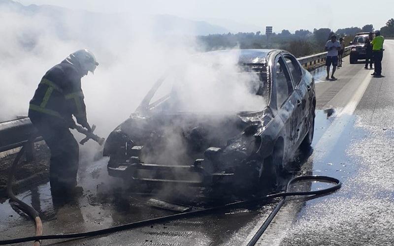 Otomobil seyir halindeyken yandı