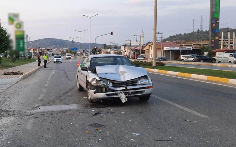 Tavas'ta aynı yöne giden araçlar çarpıştı: 2 yaralı