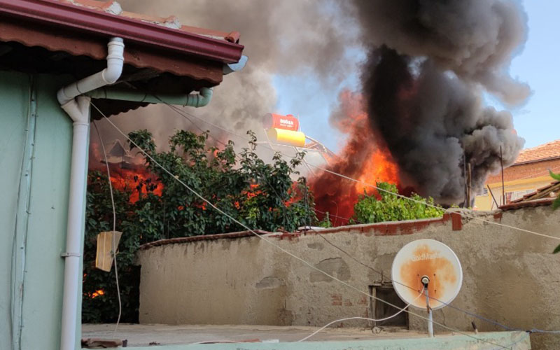 Ev alev alev yandı, mahallede korkulu anlar yaşandı
