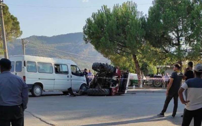 Minibüs ile çarpışan traktör devrildi