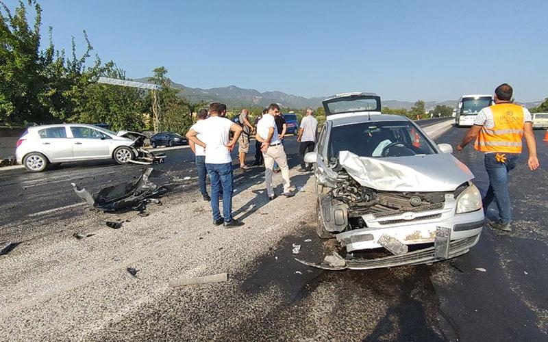 Buldan'da otomobiller çarpıştı, sürücüleri yaralandı