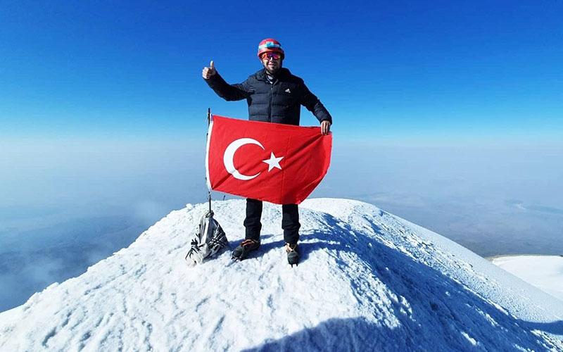 Türkiye'nin en yüksek dağının zirvesinde bir Denizlili