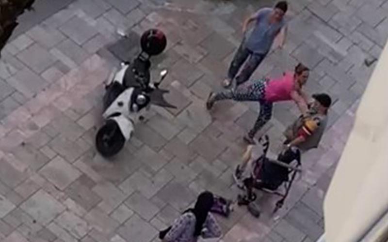 Elektrikli bisikletle kaldırıma çıktı, kendisini uyaran engelliyi darp etti