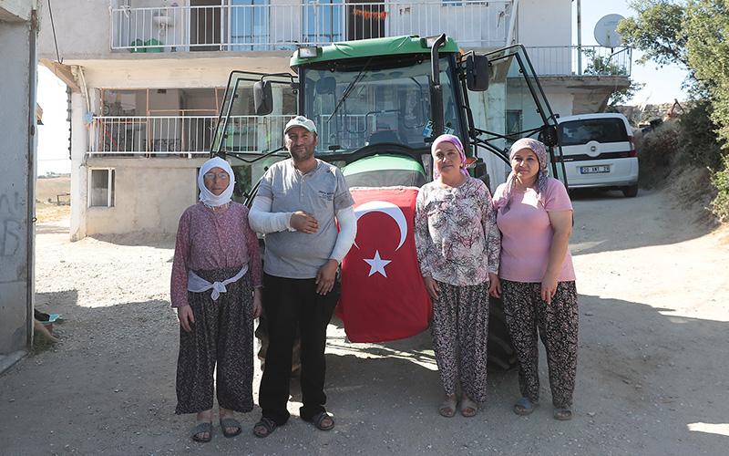 Fedakar çiftçi yeni traktörüne Büyükşehir Belediyesi ile kavuştu